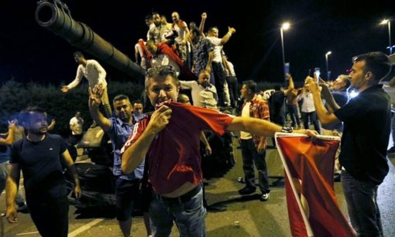 Πραξικόπημα Τουρκία: Τουλάχιστον 12 τραυματίες από τον βομβαρδισμό του κτηρίου της Εθνοσυνέλευσης