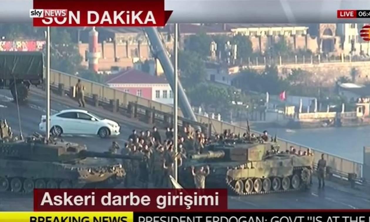 Πραξικόπημα Τουρκία - Απίστευτες εικόνες: Πολίτες «συλλαμβάνουν» στρατιώτες πραξικοπηματίες (video)