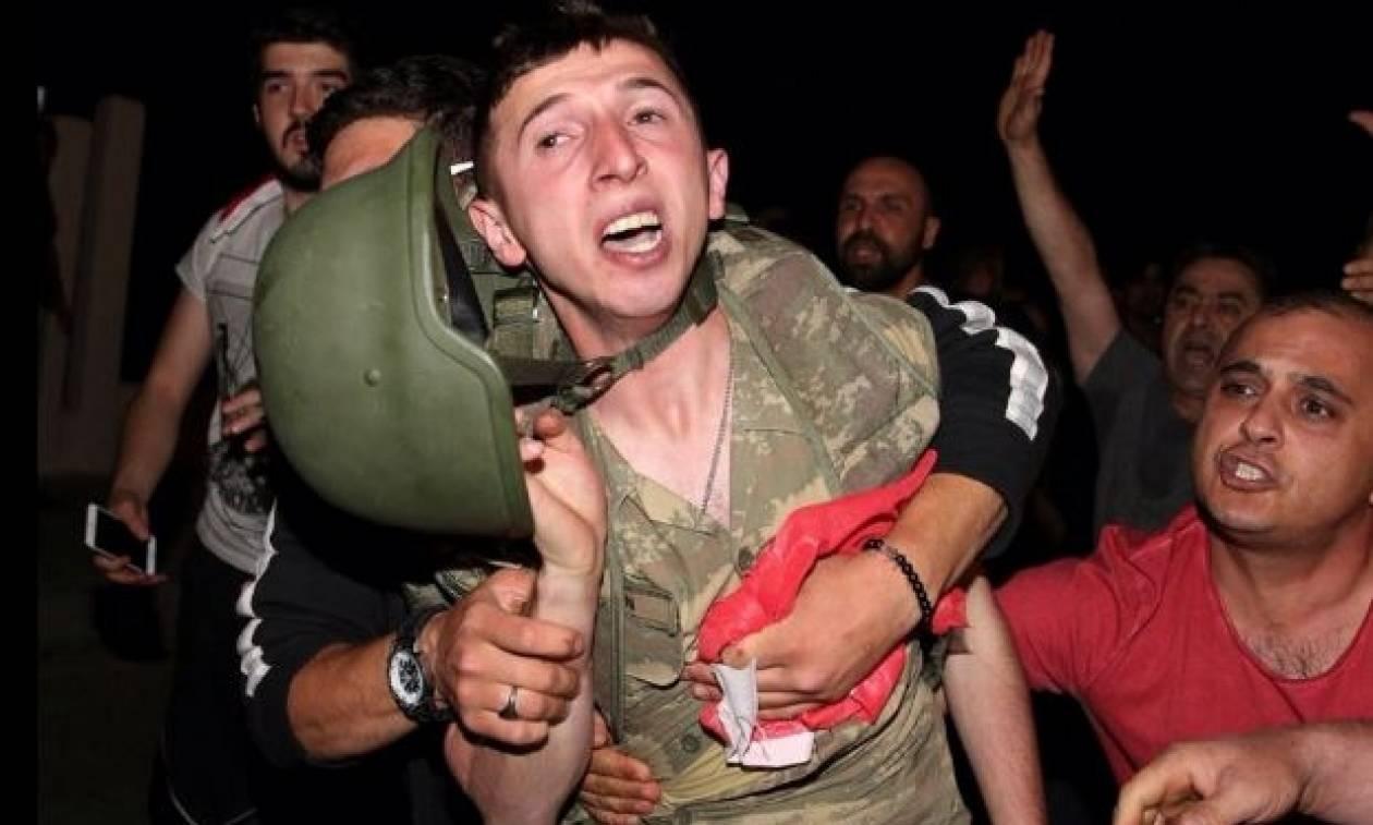Πραξικόπημα Τουρκία: Πλήθος λιντσάρει στρατιώτες μετά την εισβολή στο CNN Turk (photo-video)