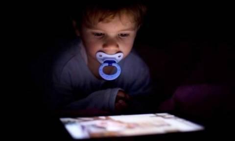 Οι επιπτώσεις που έχουν οι οθόνες στον εγκέφαλο ενός παιδιού