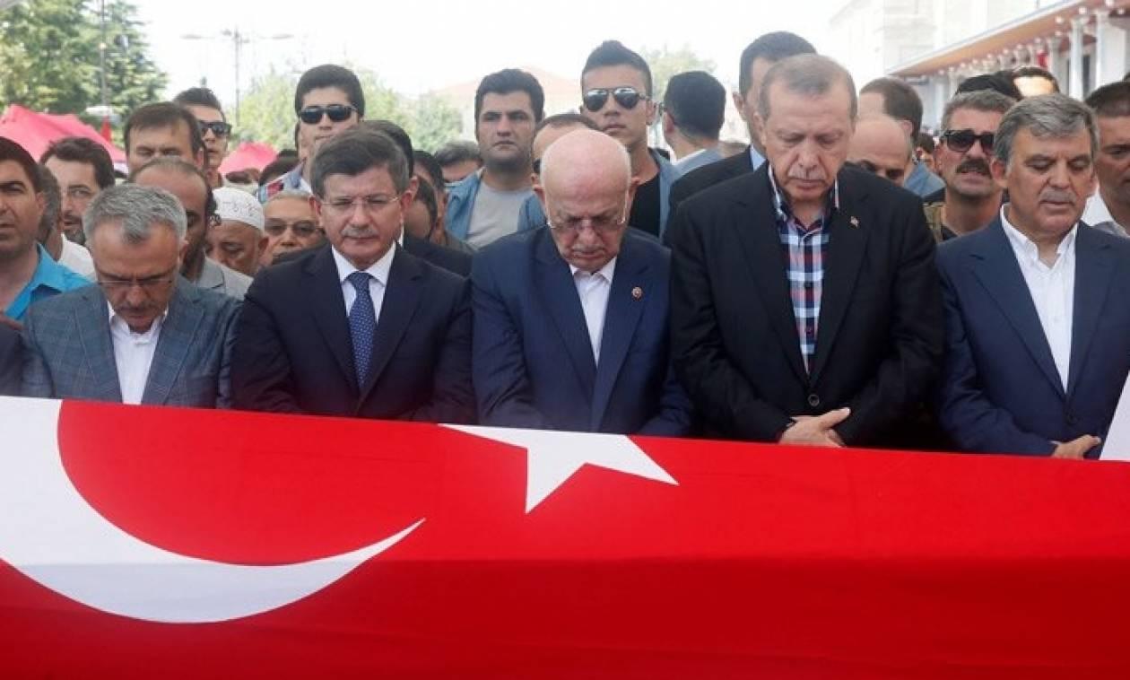 Αποφασισμένος να πάρει κεφάλια παντού ο Ερντογάν, ξανασκέφεται τη θανατική ποινή (vids+pics)