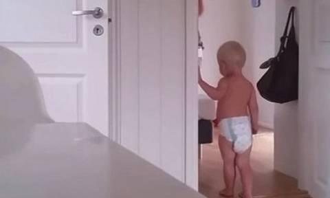 Πώς μπορεί μία μητέρα να βάλει για ύπνο τα δίδυμα παιδιά της όταν εκείνα δεν θέλουν; (video)