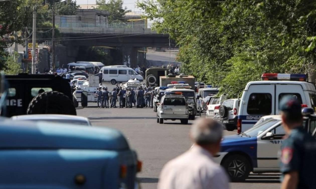 Αρμενία: Έκρυθμη η κατάσταση - Ακόμα σε εξέλιξη η ομηρία στο κτήριο της αστυνομίας