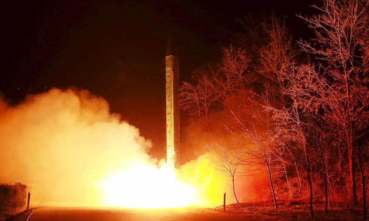 Βόρεια Κορέα: Με εκτόξευση βαλλιστικών πυραύλων απάντησε ο Κιμ Γιονγκ Ουν στην «πρόκληση» των ΗΠΑ