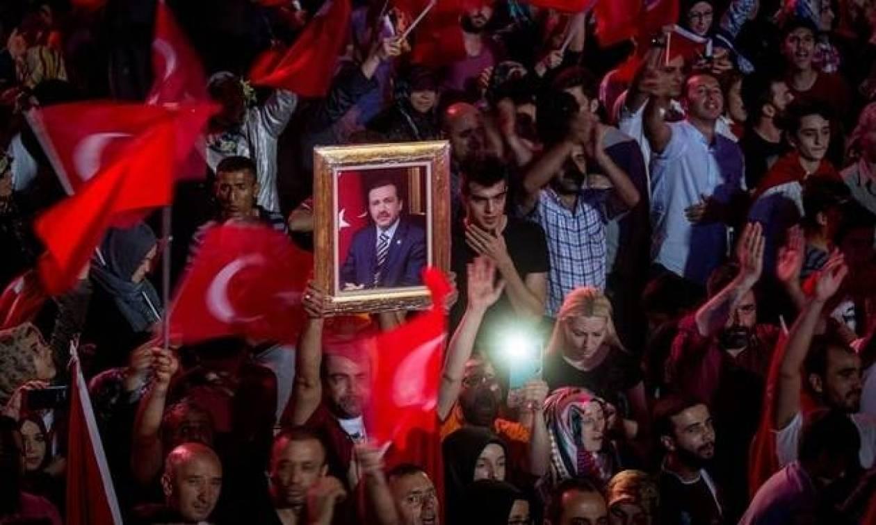 «Κόβει κεφάλια» ο Ερντογάν: Στο τραπέζι του «Σουλτάνου» θανατική ποινή και πρόωρες εκλογές