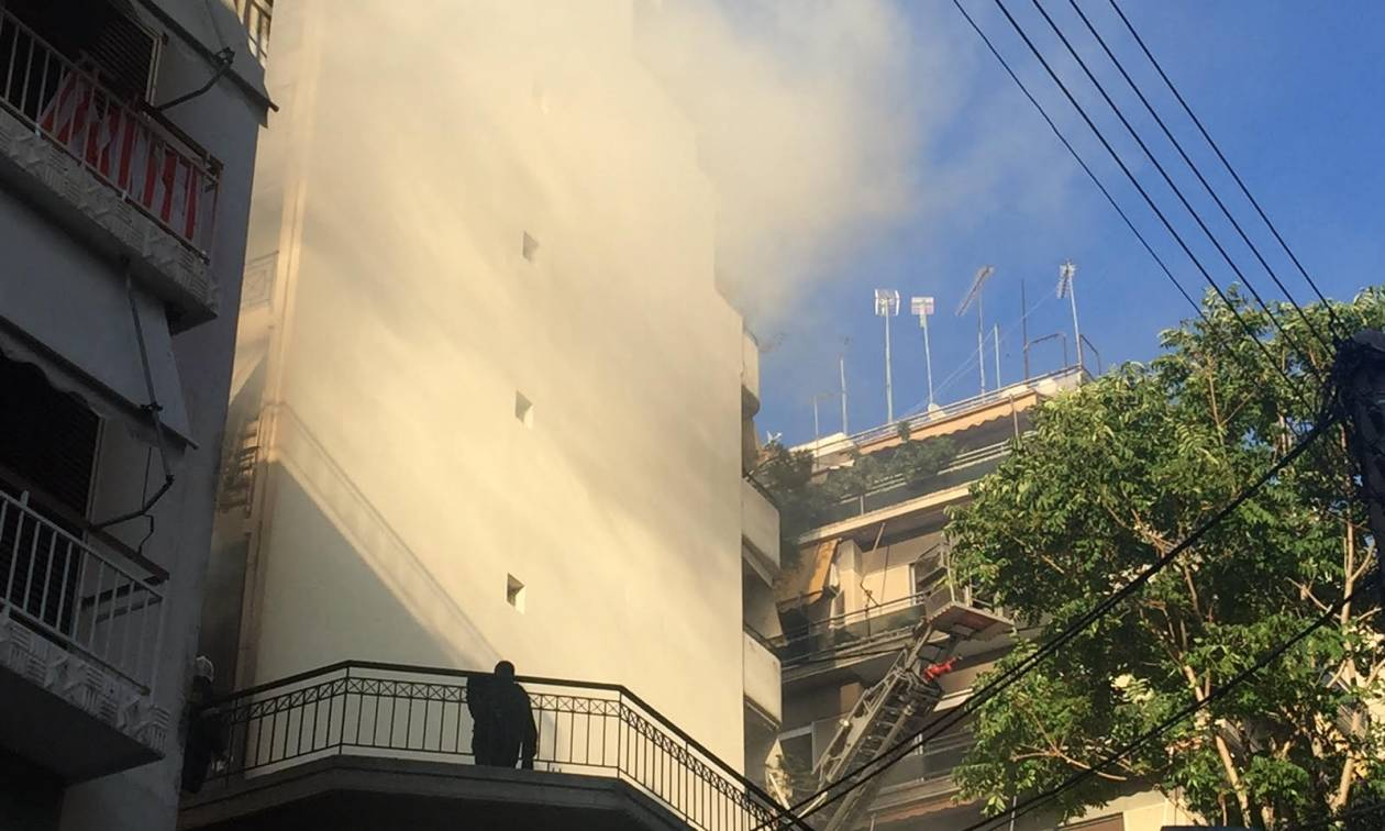 Δραματικές σκηνές στον Πειραιά: Απεγκλώβισαν βρέφος από φλεγόμενο διαμέρισμα (photos)