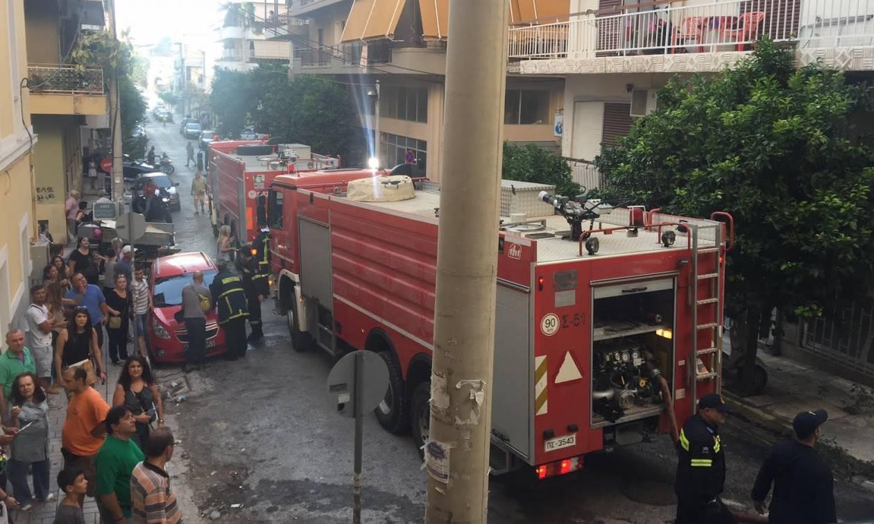 Πυρκαγιά στον Πειραιά: Η συγκλονιστική στιγμή της διάσωσης του βρέφους (photo)