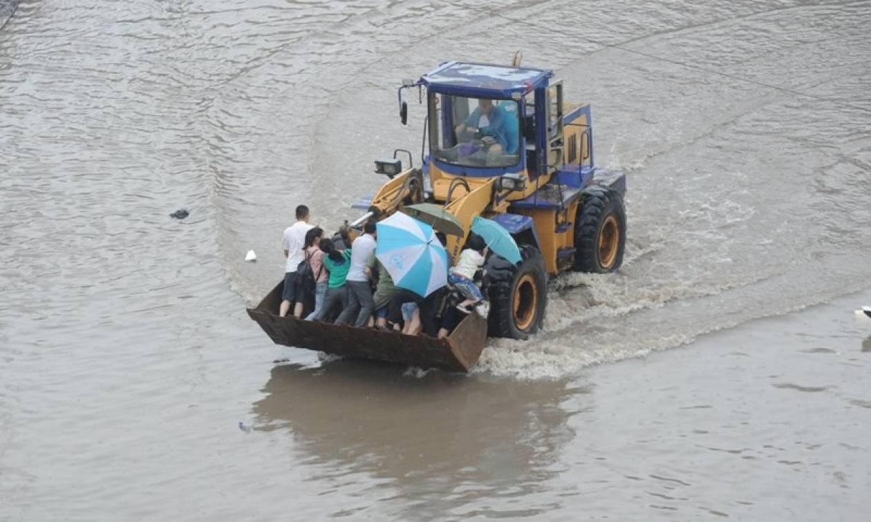 «Κόκκινος συναγερμός» στην Κίνα: 1 νεκρός και 34 αγνοούμενοι από τις βροχοπτώσεις (pics+vid)