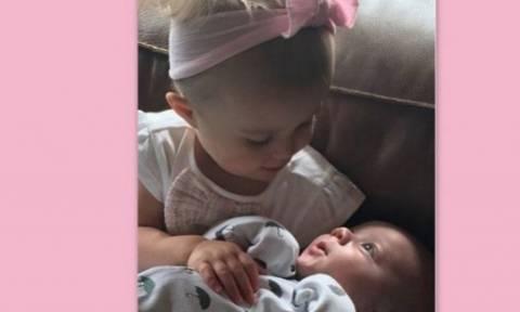 Η κόρη της διάσημης σταρ, δεν αφήνει από την αγκαλιά της το νεογέννητο αδερφό της