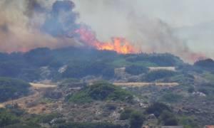 Ανεξέλεγκτη φωτιά στη Σύρο – Καίγονται σπίτια