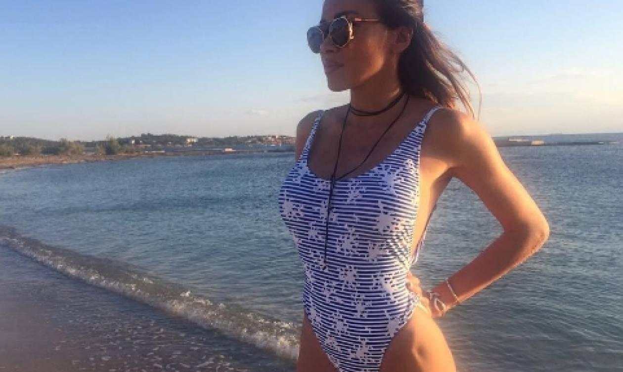 Η Ολγα Φαρμάκη ξάπλωσε στην αμμουδιά με το μαγιό της και τρέλανε κόσμο... (photo)