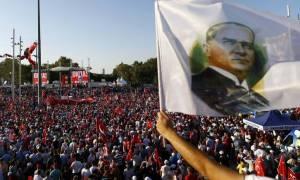 Χιλιάδες Τούρκοι διαδήλωσαν υπέρ της δημοκρατίας στην πλατεία Ταξίμ