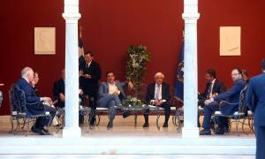 Προεδρικό Μέγαρο: Χιουμοράκι, σπόντες και αβρότητες για τα μάτια του κόσμου