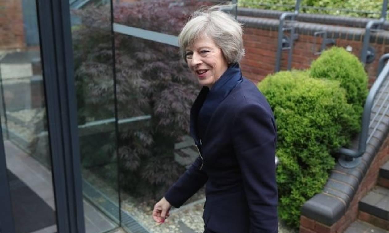 Brexit: Στο Μπέλφαστ η Τερέζα Μέι - Αγεφύρωτο το χάσμα της Βρετανίας με τη Β. Ιρλανδία
