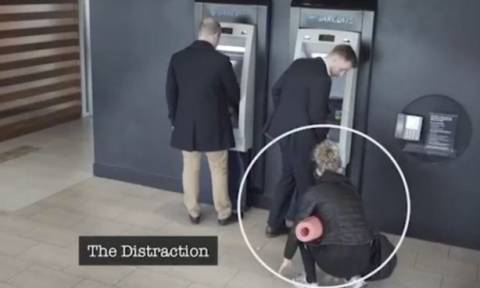 Δείτε το νέο κόλπο με το οποίο θα προσπαθήσουν να σας κλέψουν την κάρτα και το Pin από το ATM (Vid)