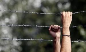 Πρέσπες: «Μπλόκο» της αστυνομία για μεταφορά δεκάδων προσφύγων και μεταναστών
