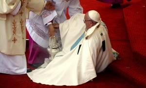 Ο Πάπας Φραγκίσκος σωριάστηκε στο έδαφος την ώρα της λειτουργίας (video)