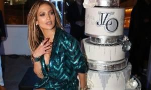 Η Jennifer Lopez γιόρτασε ξανά τα 47α γενέθλιά της φορώντας το πιο εντυπωσιακό birthday outfit!