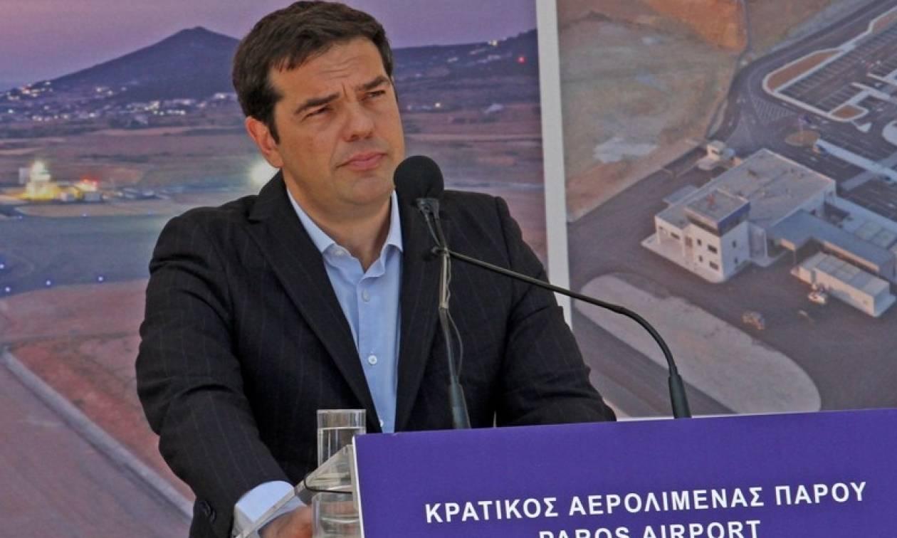 Τσίπρας από Πάρο: Ακατανόητη η επιμονή των θεσμών για την αύξηση του ΦΠΑ στα νησιά