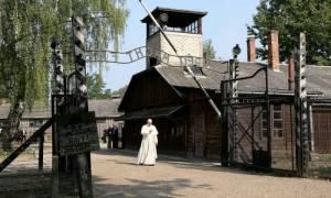Συγκλονιστικό οδοιπορικό του Πάπα στο ναζιστικό στρατόπεδο συγκέντρωσης του Άουσβιτς (Pics & Vid)