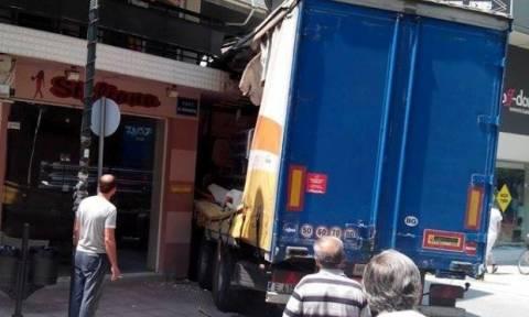 Λάρισα: Δεν θα πιστεύετε πού «πάρκαρε» η νταλίκα! (pics)