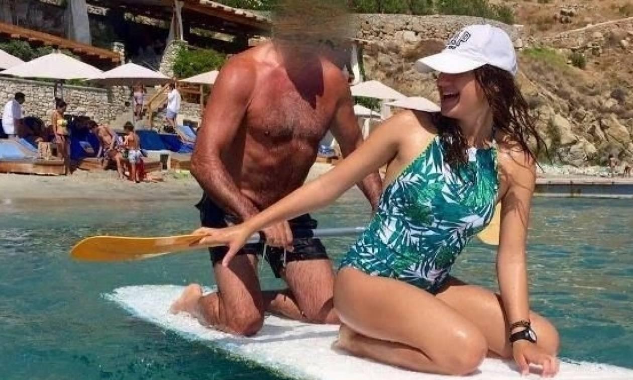 Έλληνας Πολιτικός το… «σανιδώνει» σε παραλία της Μυκόνου