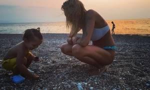 Αγγελική Ηλιάδη: Παιχνίδια στην παραλία με τον γιο της