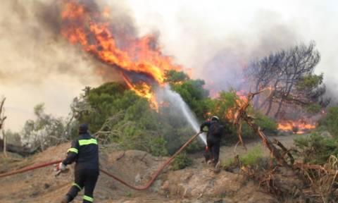 Δύσκολη νύχτα για τις πυροσβεστικές δυνάμεις σε Εύβοια, Ρέθυμνο και Τζια