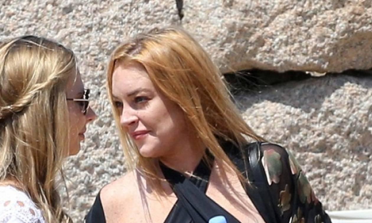 Σέξι ατύχημα για την Λίντσεϊ Λόχαν! Της βγήκε το στήθος έξω (photos)