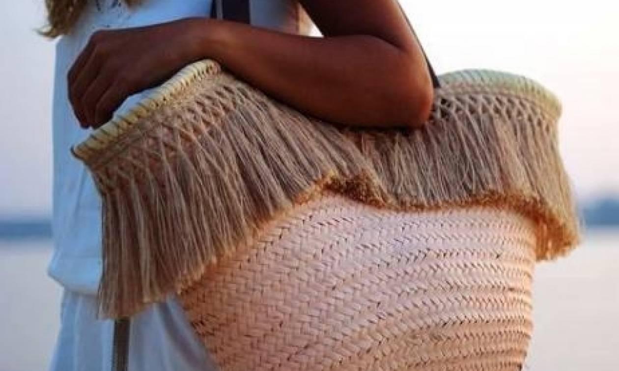 ΠΡΟΣΟΧΗ: Αυτός είναι ο λόγος που δεν πρέπει να αφήνετε ΠΟΤΕ την τσάντα σας στην καρέκλα