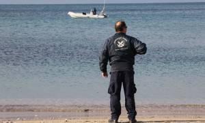 Άνδρας του λιμενικού έσωσε έναν τουρίστα από βέβαιο πνιγμό