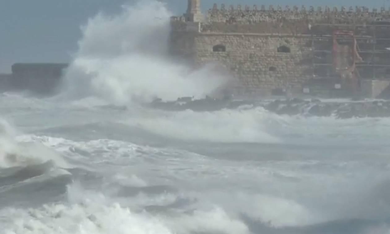 Κρήτη:Τεραστία κύματα παραλίγο να πνίξουν μια οικογένεια