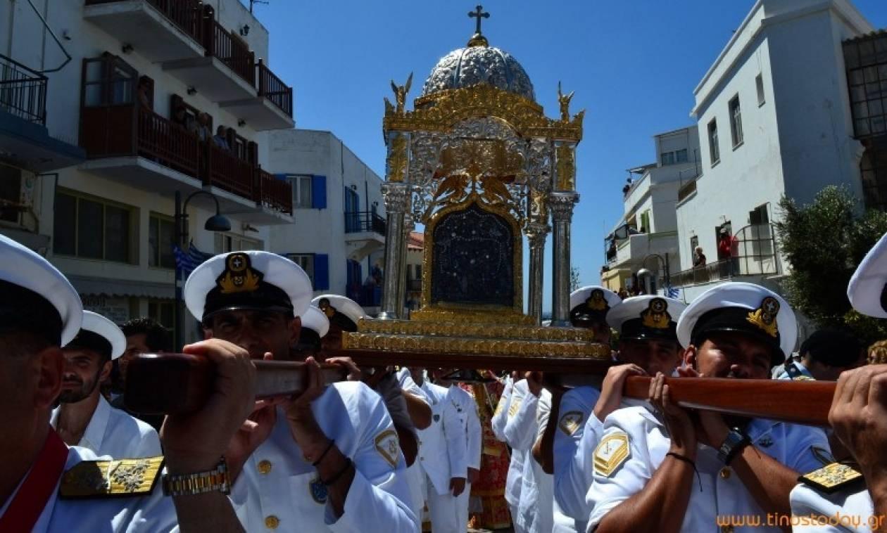 Δεκαπενταύγουστος - Τήνος: «Πλημμύρισε» το νησί για χάρη της Παναγίας (pics)
