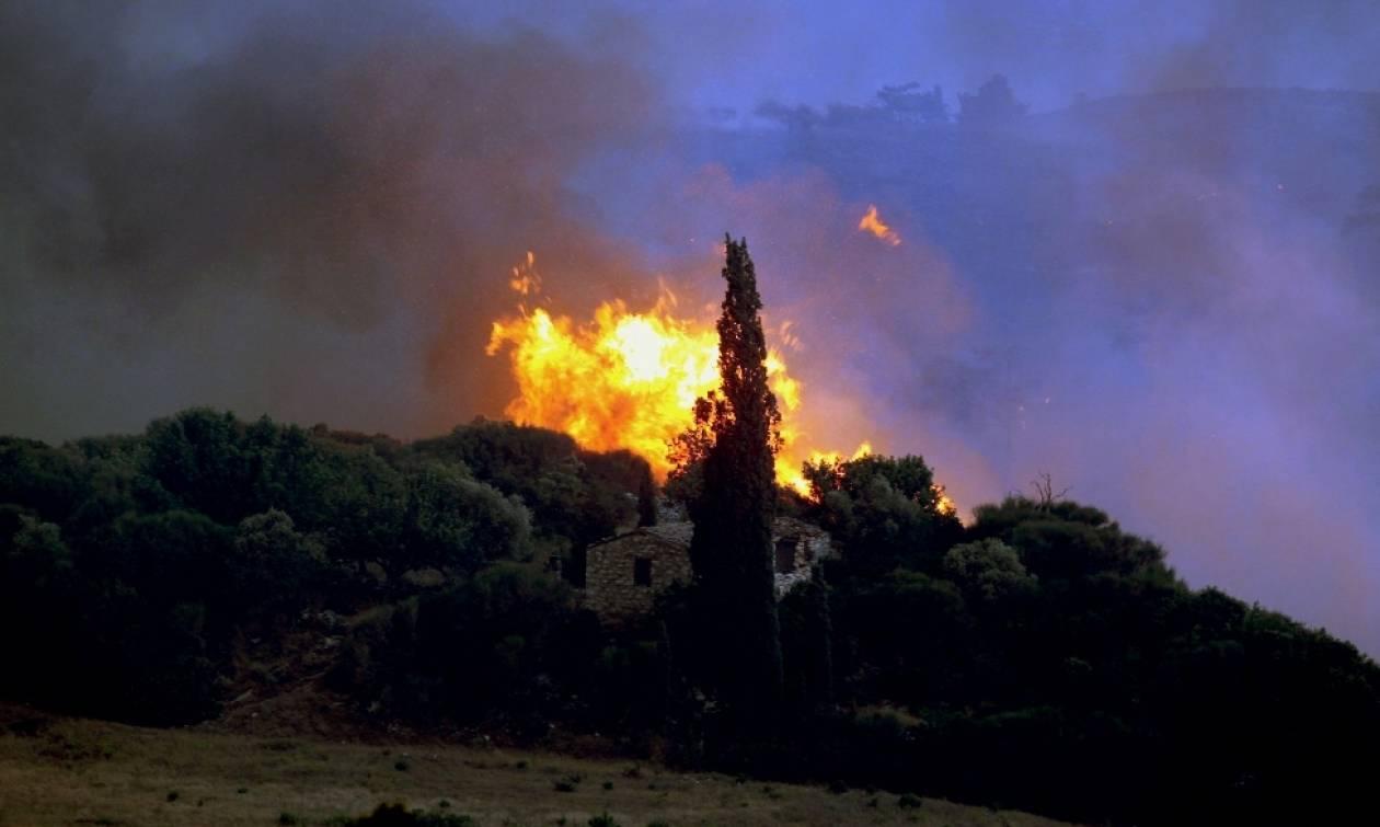 Δύο πυρκαγιές απειλούν τα Χανιά - Ισχυρή δύναμη της πυροσβεστικής σε δύσβατο σημείο