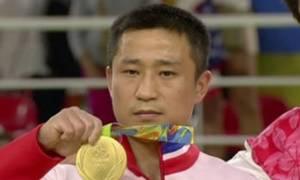 Αυτός είναι ο πιο θλιμμένος χρυσός Ολυμπιονίκης και δεν φαντάζεστε γιατί! (video)