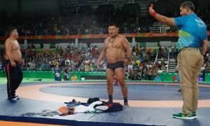 Ολυμπιακοί Αγώνες 2016: Απίστευτα σκηνικά - Μογγόλοι διαμαρτυρήθηκαν και έκαναν στριπτίζ! (vid+pics)