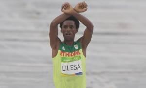Ρίο 2016: Πήρε ασημένιο μετάλλιο αλλά η διαμαρτυρία του μπορεί να κοστίσει τη ζωή του! (vid)