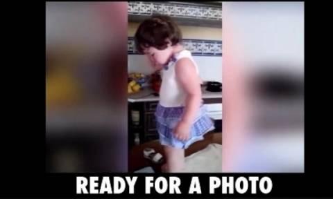Το κοριτσάκι έχει πάντα διάθεση για πόζα! (video)
