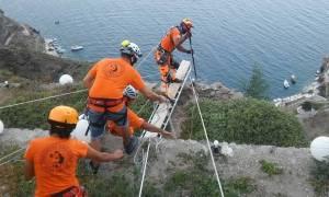 Ελεγχόμενη πτώση βράχων πραγματοποιήθηκε στη Σαντορίνη