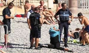 Γαλλία: Αστυνομικοί ανάγκασαν μουσουλμάνα να βγάλει το μπουρκίνι στην παραλία (pics)
