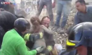 Σεισμός Ιταλία - Σοκ: 10χρονη βγήκε από τα συντρίμμια ύστερα από 17 ώρες (vid)