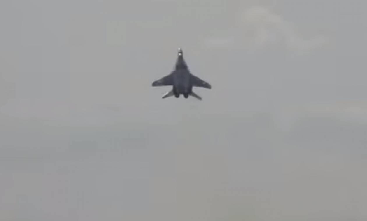 Η κατακόρυφη απογείωση πολεμικού αεροσκάφους που σαρώνει στο διαδίκτυο (video)