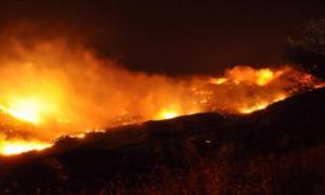 Καίγεται ξανά η Χίος – Εκκενώθηκε κατασκήνωση λόγω της μεγάλης φωτιάς