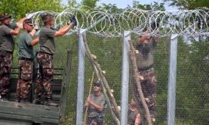 «Οχυρό» η Ουγγαρία: Υψώνει και δεύτερο φράχτη για να εμποδίσει τους πρόσφυγες