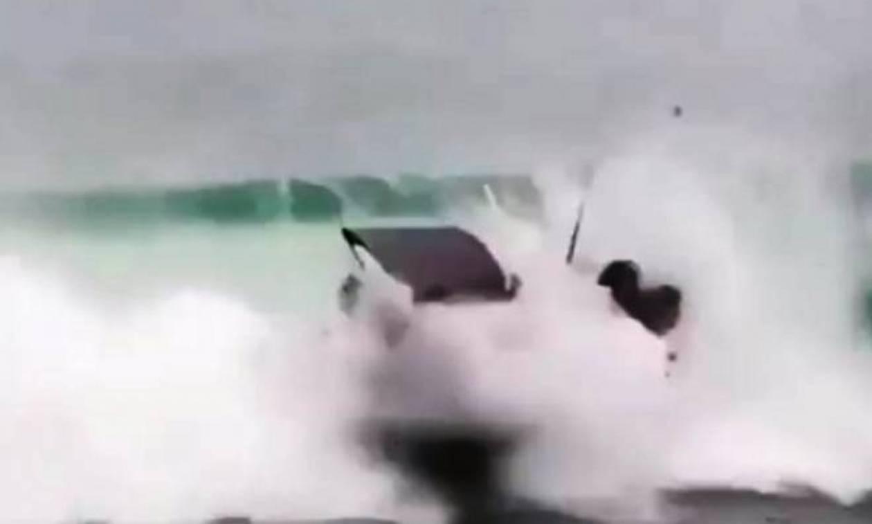 Κύμα στέλνει σκάφος στα βράχια (video)