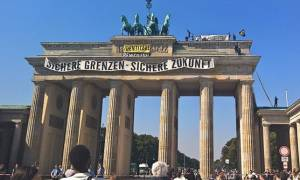 Ακροδεξιοί σκαρφάλωσαν στην Πύλη του Βρανδεμβούργου διαμαρτυρόμενοι κατά των προσφύγων