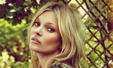 Eίναι αυτή η Kate Moss; Η star κάνει τις διακοπές της στην Ύδρα και... δεν αναγνωρίζεται (Pics)