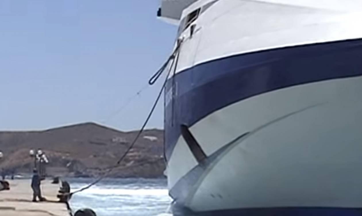 Η στιγμή που σπάνε οι κάβοι σε προσπάθεια δεσίματος πλοίου στο λιμάνι της Σύρου (Video)