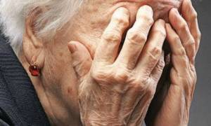 Τρόμος στην Κόρινθο: Άγνωστοι χτύπησαν και λήστεψαν ηλικιωμένη