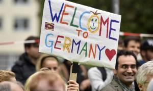 Γερμανία: Μόλις 100 πρόσφυγες έχουν προσλάβει οι μεγάλες γερμανικές εταιρείες - Εξηγήσεις στη Μέρκελ